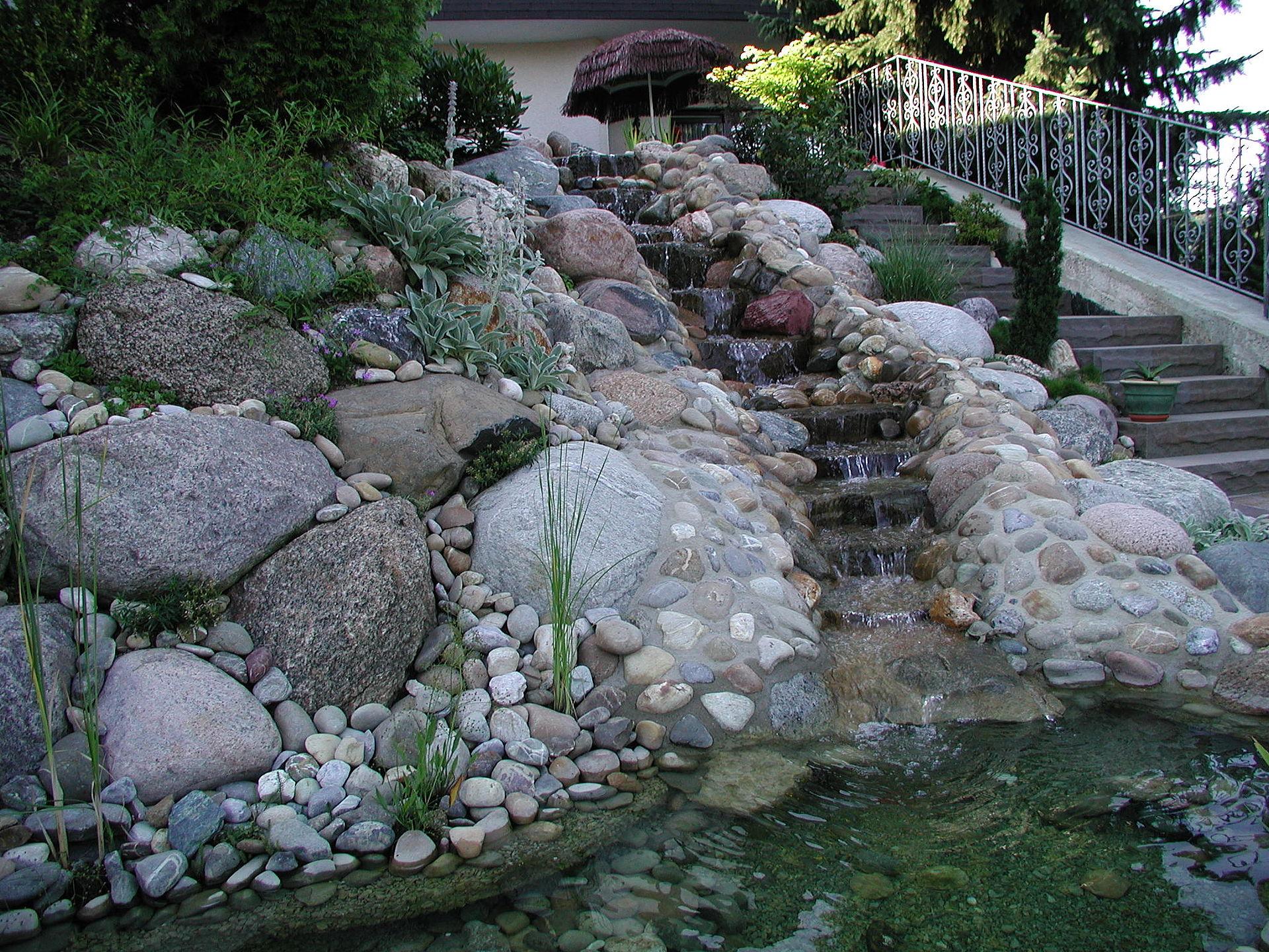 Steine f r teich teich gr ne pflanzen und steine f r eine for Steine im teich